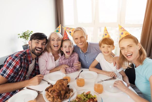Família feliz, posar, em, festivo, tabela, para, aniversário