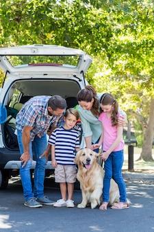 Família feliz preparando-se para a viagem