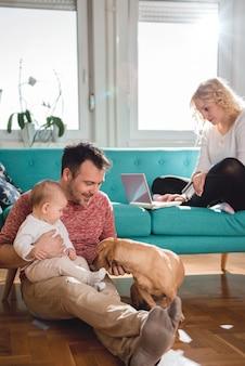 Família feliz relaxando em casa