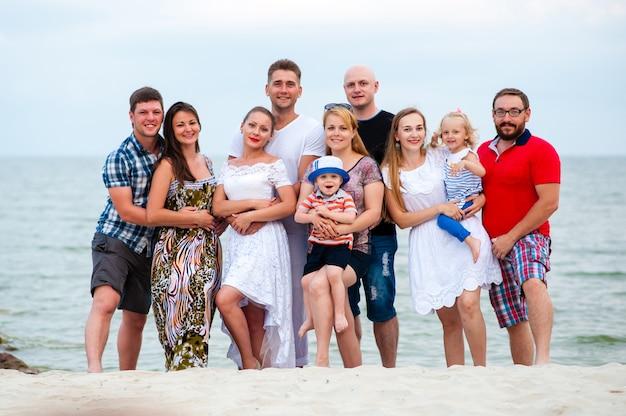 Família feliz se divertindo caminhando na praia