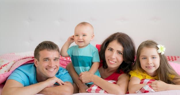 Família feliz se divertindo em casa