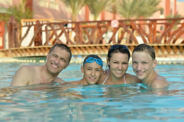 Família feliz se divertindo em uma piscina