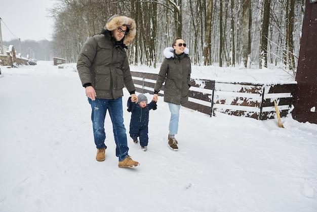 Família feliz se divertindo fora de casa no inverno