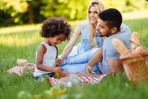 Família feliz se divertindo juntos no piquenique
