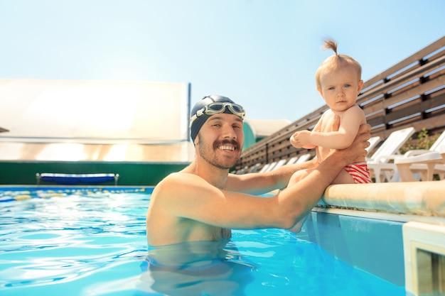 Família feliz se divertindo na piscina