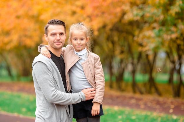 Família feliz se divertindo no lindo dia de outono