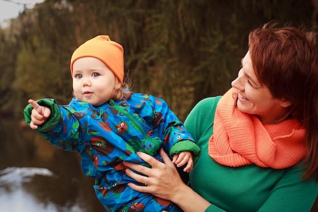 Família feliz se divertindo no parque outono