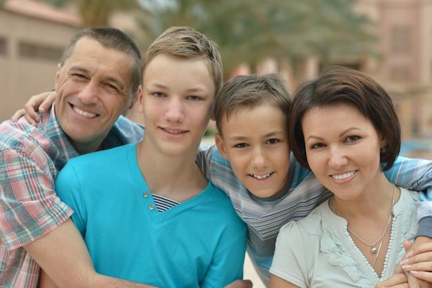 Família feliz se divertindo no resort tropical.
