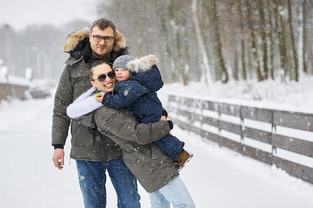 Família feliz se divertindo perto de casa no inverno
