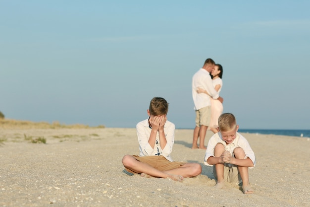 Família feliz se divertir na praia.