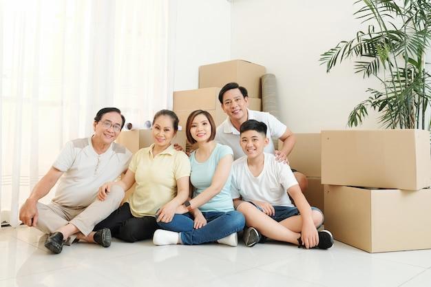 Família feliz se mudando