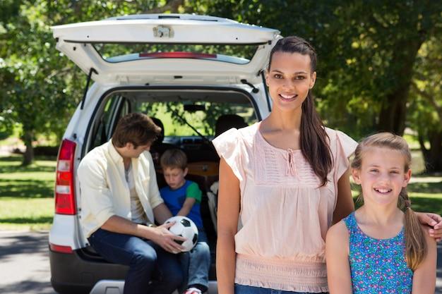 Família feliz se preparando para a viagem