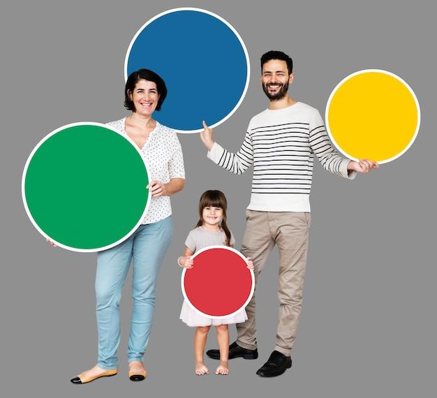 Família feliz segurando placas coloridas redondas