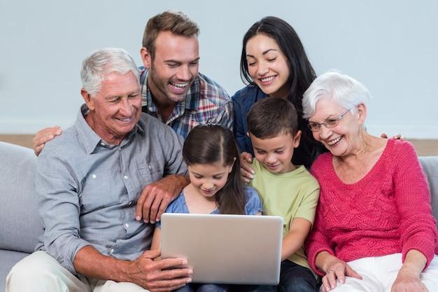 Família feliz sentada no sofá