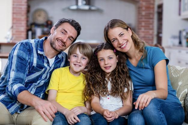 Família feliz, sentado em um sofá