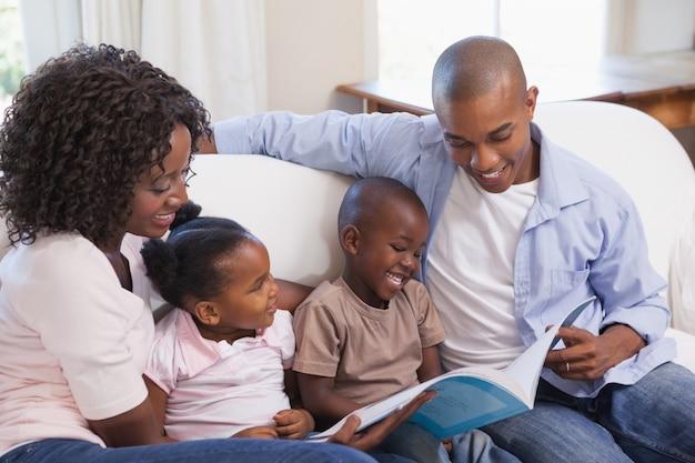 Família feliz sentado no sofá, livro de leitura juntos