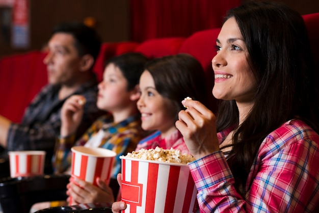 Família feliz, sentando, em, cinema