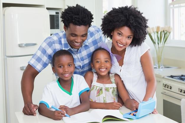 Família feliz, sorrindo, câmera