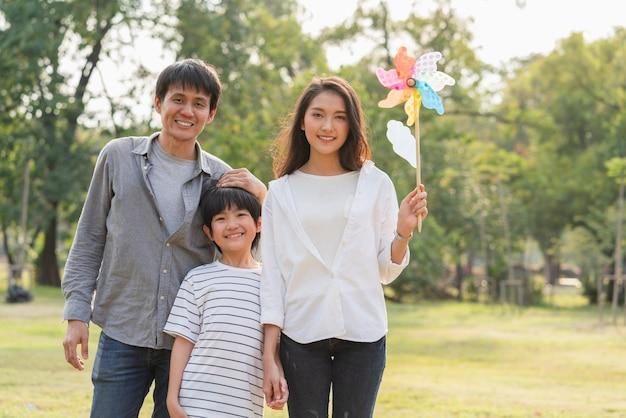 Família feliz sorrindo juntos no parque