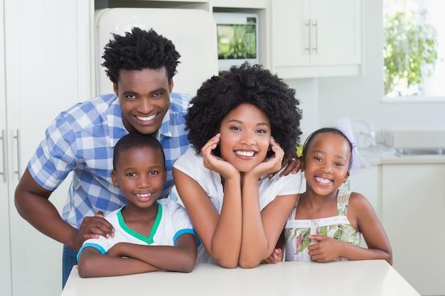 Família feliz sorrindo para a câmera