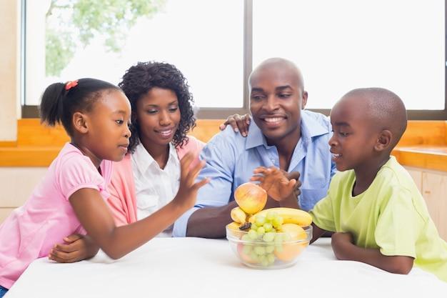 Família feliz tendo frutos juntos