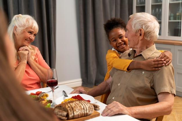 Família feliz tendo um bom jantar de ação de graças