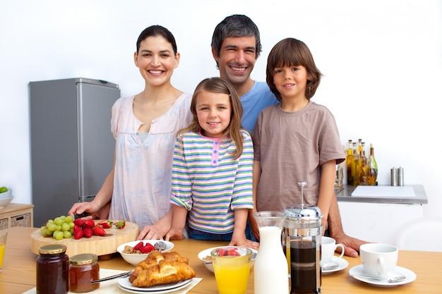Família feliz tendo um café da manhã