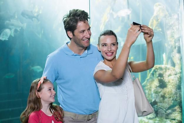 Família feliz tendo um selfie