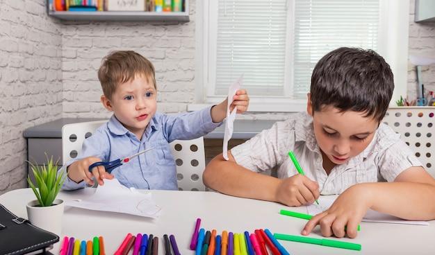 Família feliz tirando fotos de meninos bonitos estudando desenho na escola