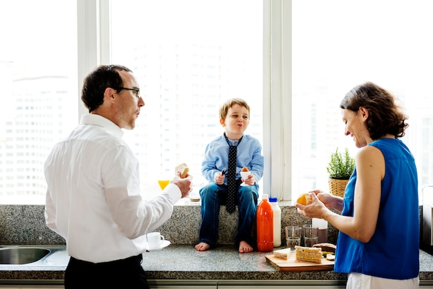 Família feliz tomando café da manhã juntos