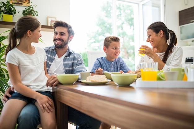 Família feliz tomando café da manhã