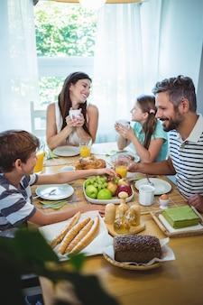 Família feliz tomando café juntos
