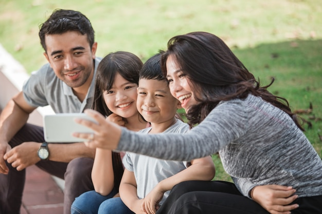 Família feliz tomando selfie juntos