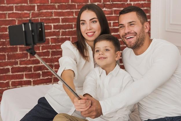 Família feliz tomando uma selfie juntos