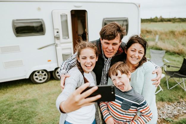 Família feliz tomando uma selfie