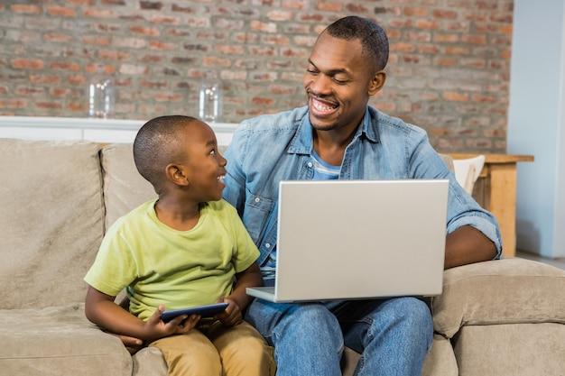 Família feliz usando tecnologia juntos