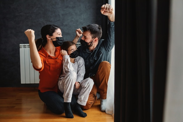 Família feliz venceu o vírus corona. eles estão torcendo porque não há mais bloqueio.