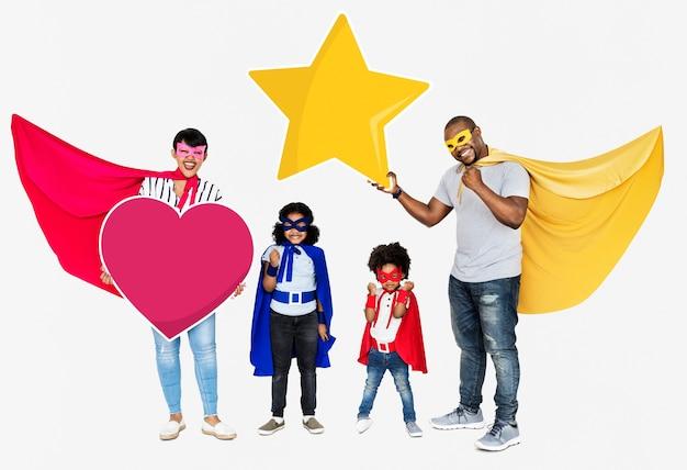 Família feliz vestindo fantasias de super-heróis