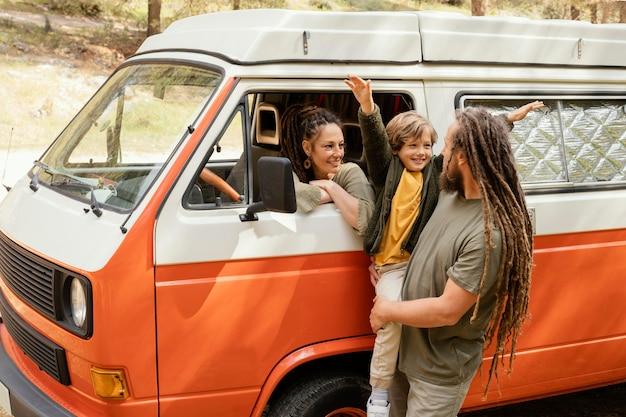Família feliz viajando de carro