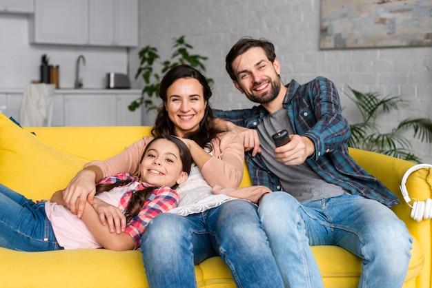 Família feliz vista frontal no sofá