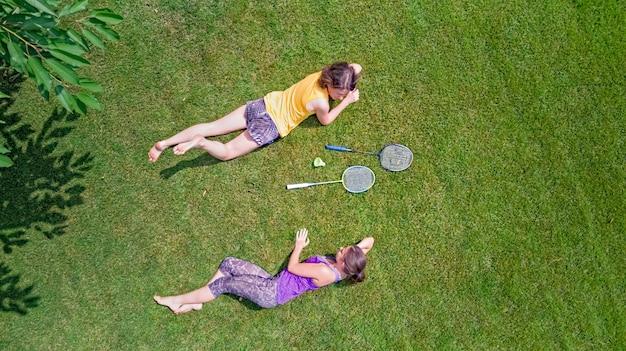 Família fitness e esportes ao ar livre, mãe e filha adolescente ativa jogando badminton no parque, vista aérea de cima