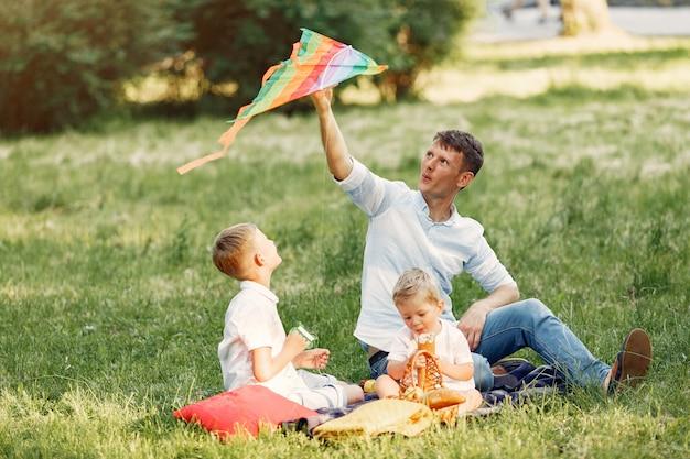 Família fofa brincando em um campo de verão