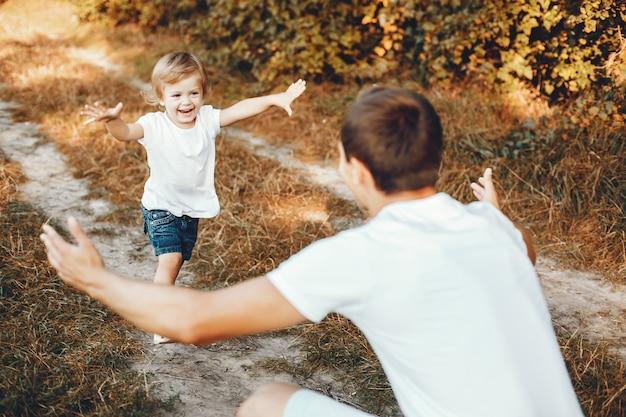 Família fofa brincando em um parque de verão