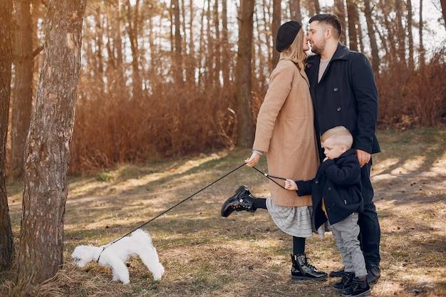 Família fofa brincando em um parque