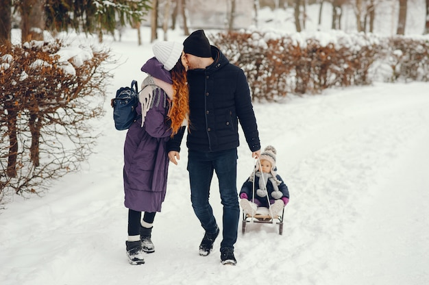 Família fofa em um parque de inverno