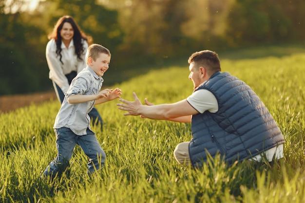 Família fofa jogando em um campo de verão