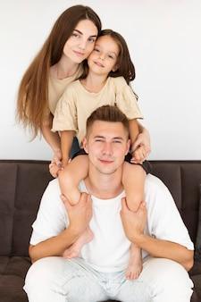 Família fofa passando um tempo juntos no sofá