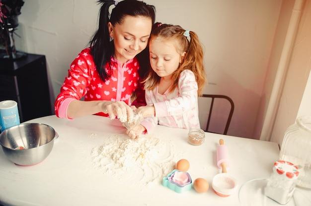 Família fofa se divertir em uma cozinha