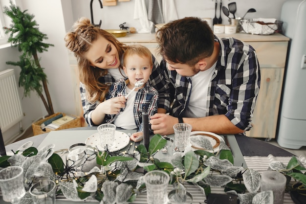Família fofa sentado na cozinha