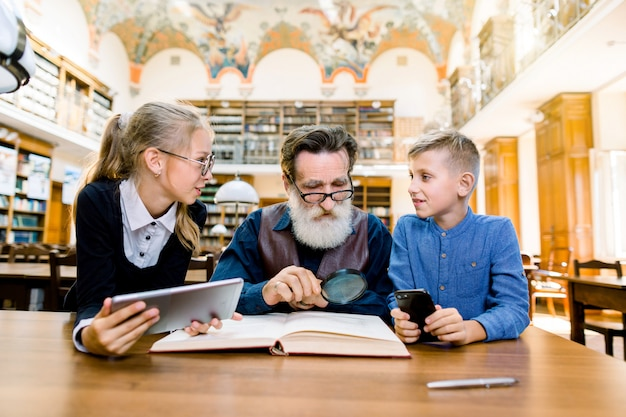 Família, geração e conceito dos povos - avô de sorriso, neta